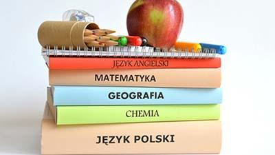 Zdjęcie zawierające podręczniki szkolne